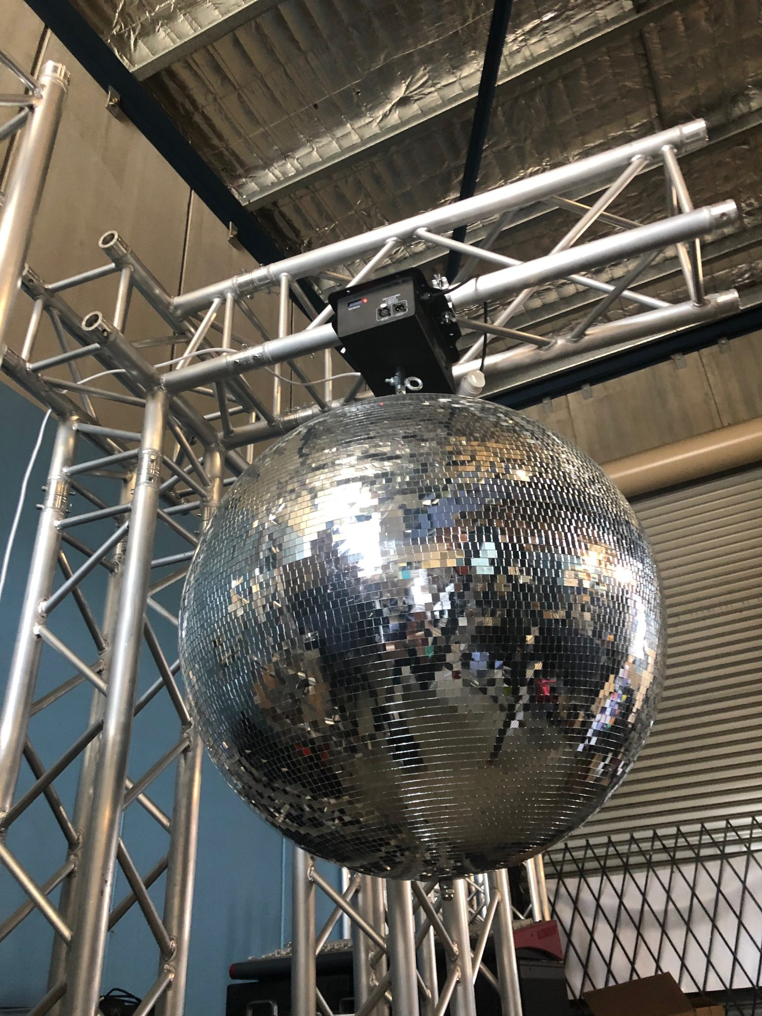 Free-standing truss arm used for mirror ball