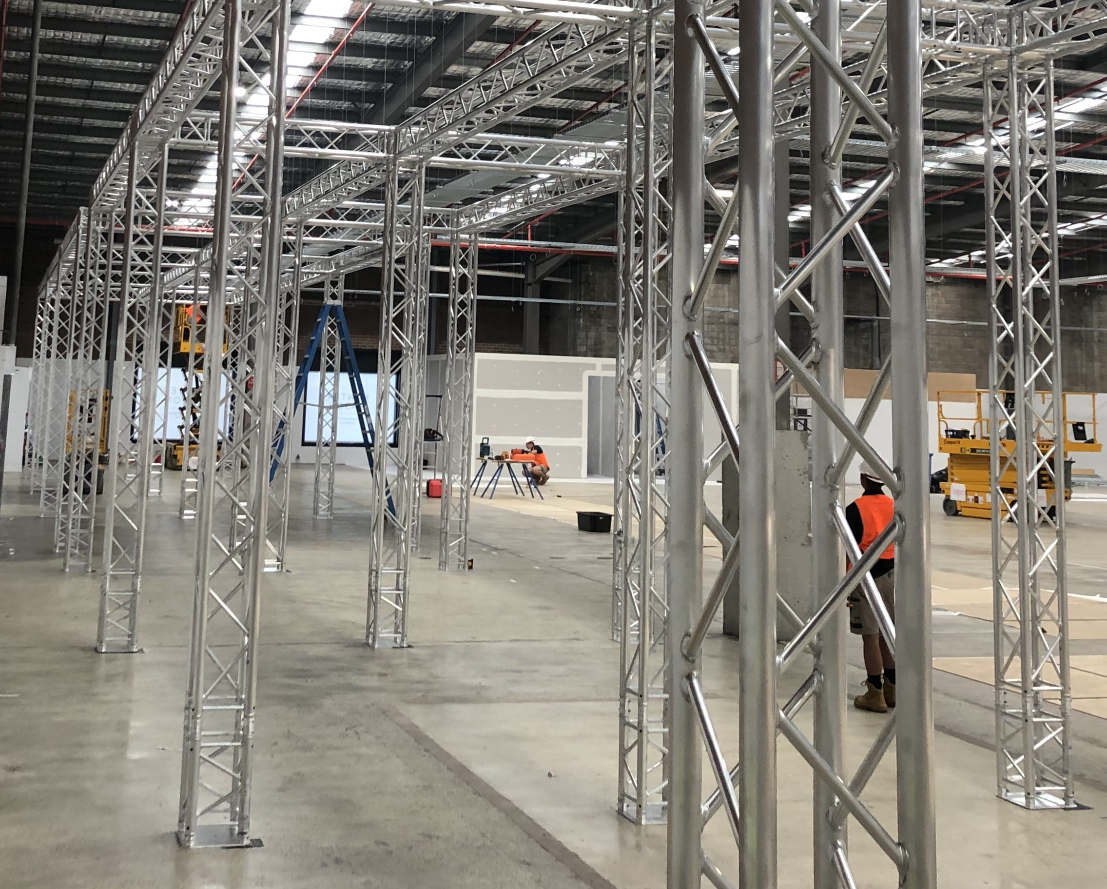 Large scale modular truss based bay system ready for fit out